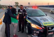 Agentes viales auxilian a mujer que caminaba por carriles de Salvador Nava