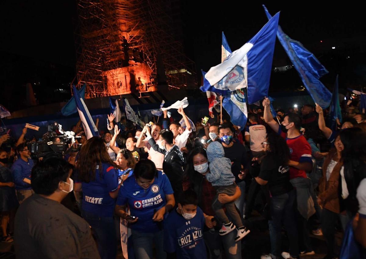 Aficionados de Cruz Azul celebran en el Ángel de la Independencia