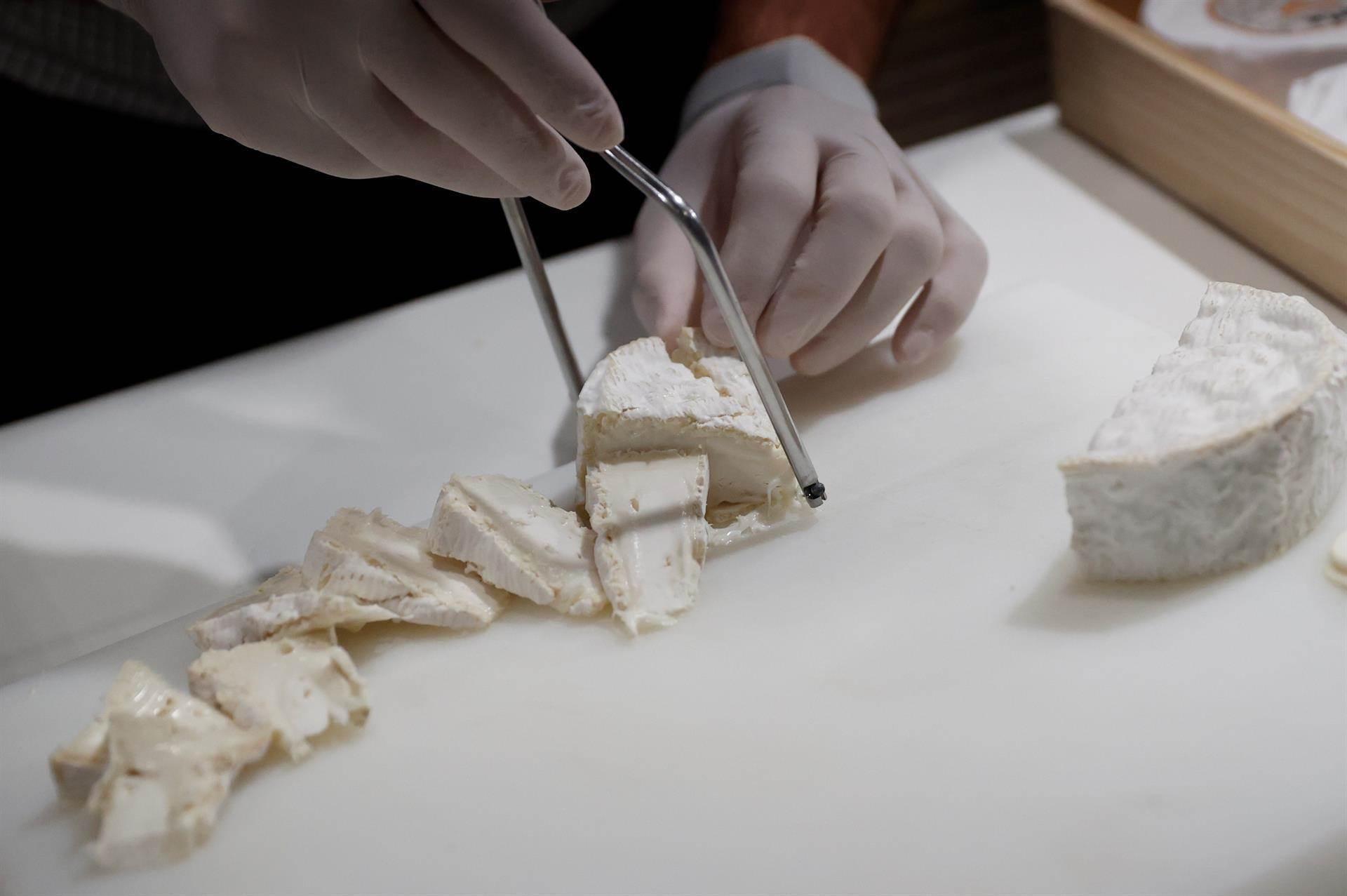 Un expositor corta queso.
