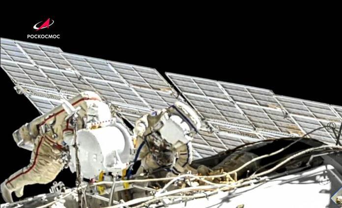 Cosmonautas rusos concluyen caminata espacial para preparar llegada del Naúka