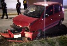 Mujer choca su vehículo contra un poste de alumbrado público