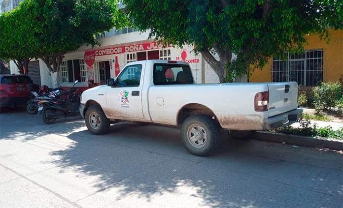 Funcionarios usan vehículos oficiales en asuntos personales