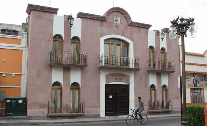 Acusan a alcalde de destruir banquetas en B. de los Ángeles