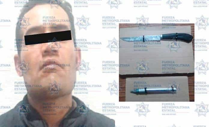 Arrestan a tres individuos con armas blancas