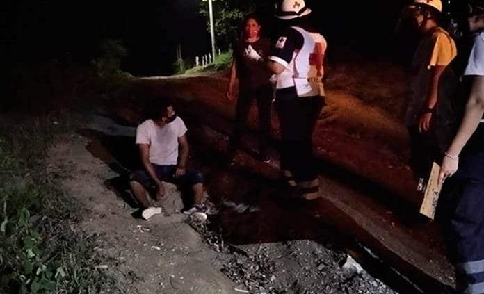 Hombre cae de su moto y resulta herido