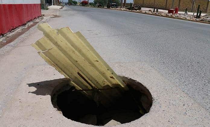 Reportan un peligroso agujero en Av. Juárez
