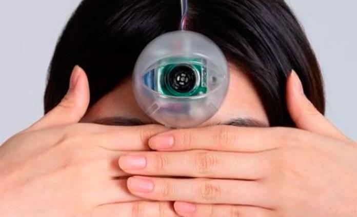 Crean un tercero ojo para ir por la calle viendo el celular