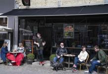 Dinamarca elimina mascarilla en interiores y amplia horarios