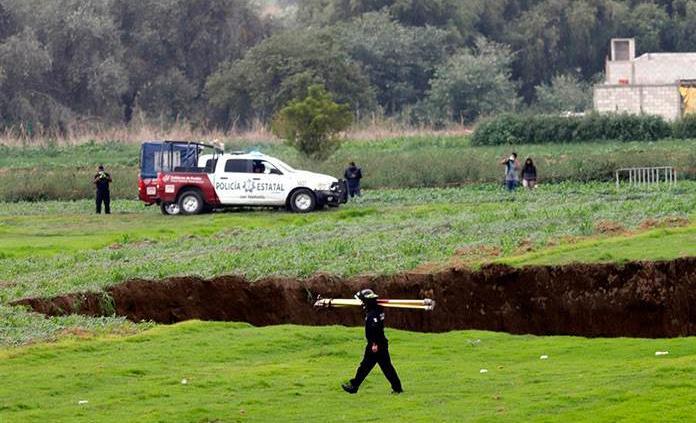 Rescatistas piden les permitan sacar a perritos del socavón en Puebla