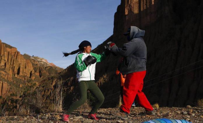 Niña boxeadora boliviana desafía al COVID en pos de su sueño