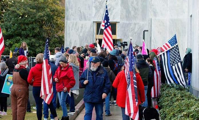 Panel aprueba expulsar a legislador por abrir la puerta del Capitolio de Oregon a manifestantes violentos