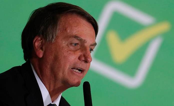 Bolsonaro sube a un avión comercial y lo reciben entre aplausos y gritos de genocida