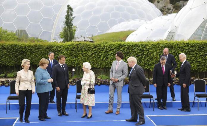 Isabel II recibe a los líderes del G7 antes de una cena de gala