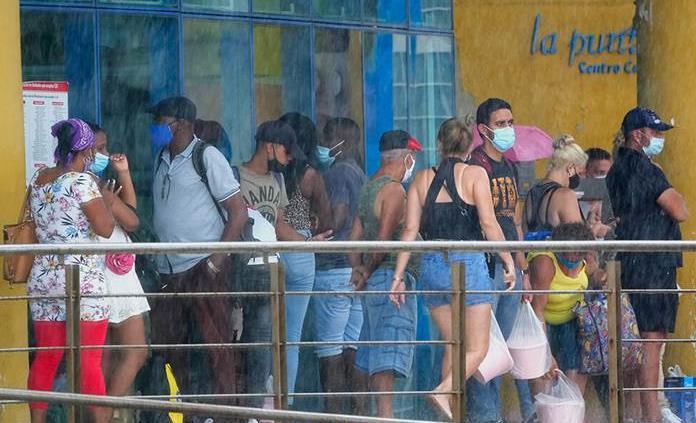 Filas e incógnitas tras anuncio de Cuba sobre dólares