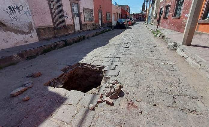 Se forma hoyanco en la calle Negrete