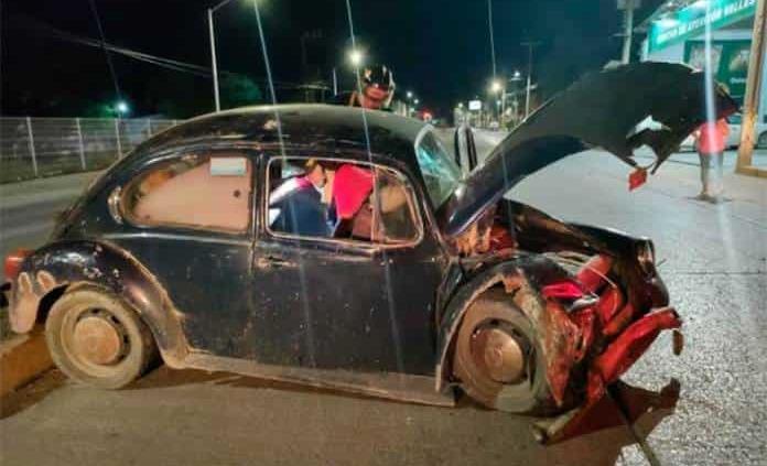 Conductor impacta su vocho con taxi que se le atravesó