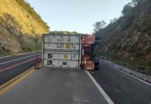 Vuelca un tráiler en la autopista Valles-Rayón