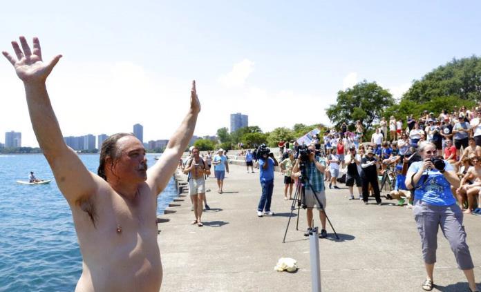 Hombre cumple un año saltando diariamente al Lago Michigan