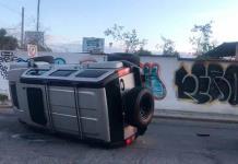 Camioneta de lujo vuelca en accidente