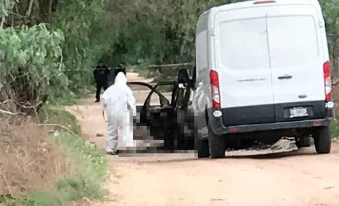 Dejan cadáver quemado en una camioneta rumbo a Los Gómez