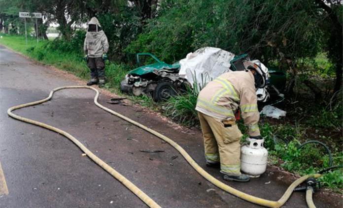 Tres muertos en aparatoso choque de taxi y camioneta