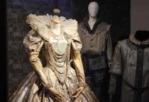 Una subasta que permite vestir como Rigoletto o compartir ropa con Domingo