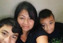 Salvadoreña se reúne con hijos tras años de separación