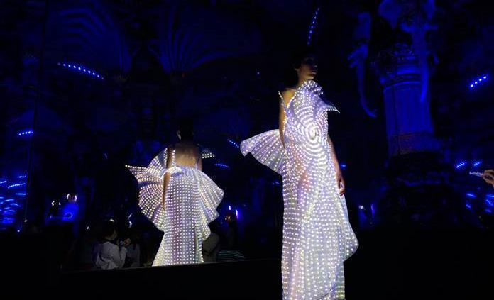 La diseñadora francesa que crea vestidos luminosos con Google