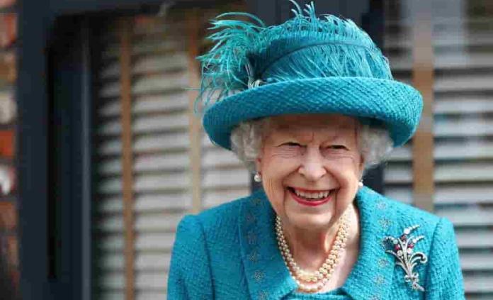 Isabel II permanecerá en Balmoral a pesar de un positivo por covid