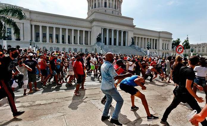 El escritor Leonardo Padura cree que el alarido cubano demanda respuestas materiales y políticas