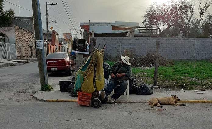 Don Ramiro no se rinde, se gana la vida vendiendo papas