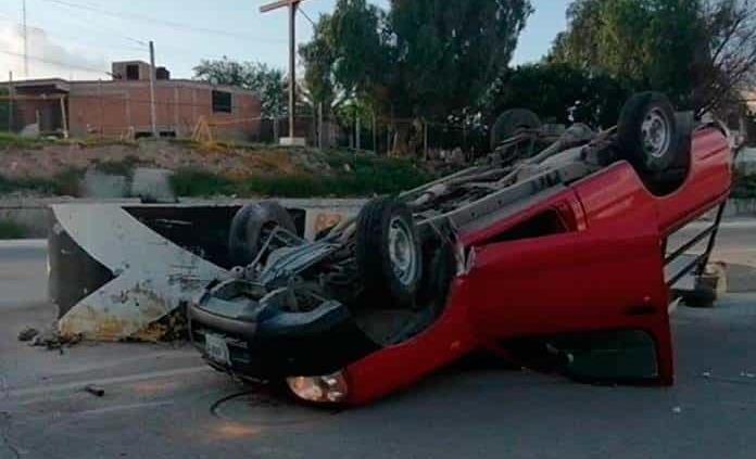 Aparatoso accidente en Río Santiago por piso mojado
