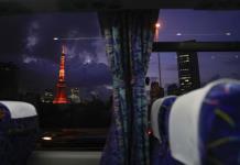 Los huéspedes olímpicos miran a Tokio desde el autobús