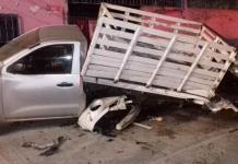 Joven choca contra vehículos estacionados y una vivienda en Rioverde