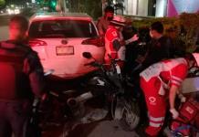 Conductor embiste a motociclista y lo arrastra varios metros