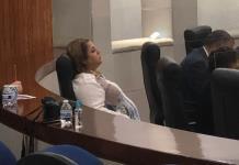 Dormita diputada en plena sesión legislativa