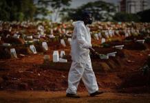 El promedio de muertes por covid en Brasil cayó 42.8% el último mes