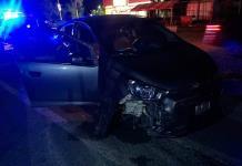 Despistada conductora choca su vehículo contra un macetero