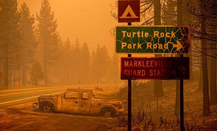 El incendio del lago Tahoe en California sigue creciendo y ya llega a Nevada