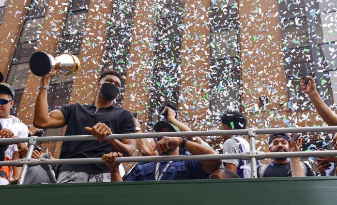 Bucks festejan su título con desfile ante sus aficionados