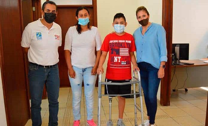 Dona DIF Mpal. prótesis a un niño