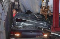 Vuelca tráiler sobre auto en bajo puente de Periférico Norte CDMX