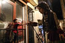 La marioneta Pequeña Amal comienza su viaje épico de refugiada en Europa