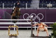 Jinetes afirman que estatua de sumo asusta a sus caballos