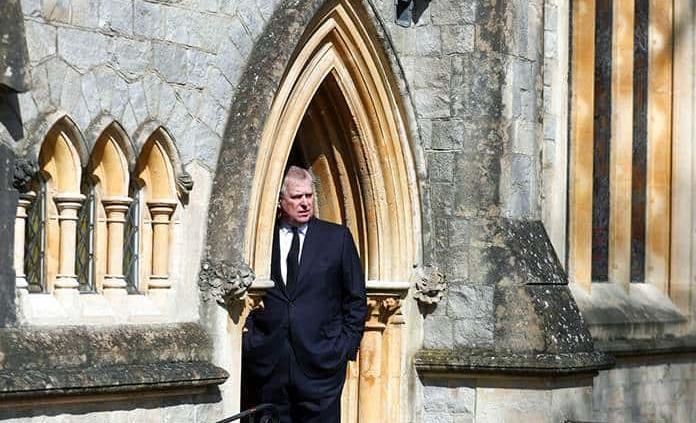El príncipe Carlos no ve posible que su hermano Andrés regrese a la vida pública