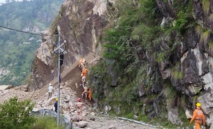 Suben a 13 los muertos en el deslizamiento de tierra en el norte de la India