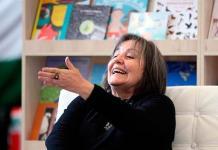 La literatura es crucial ante la adversidad, dice Eltit tras ganar el Premio FIL
