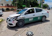 Automóvil omitió la luz roja de semáforo y chocó