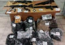 Hallan armamento, municiones y equipo táctico en una casa