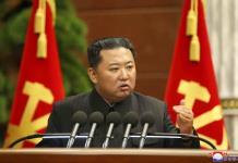 Kim pide campaña dura contra COVID-19 tras rechazar vacunas